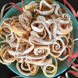 Tagliatelle dolci fritte E il Carnevale è servito
