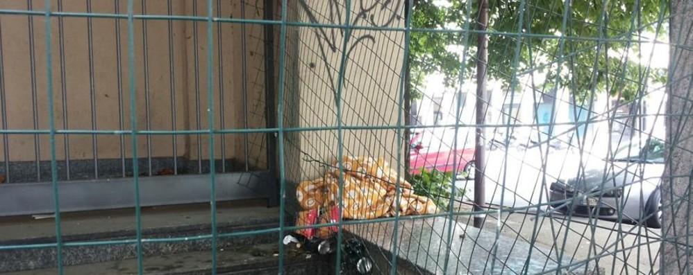 Degrado nella zona di via Clara Maffei Una lettrice: «Sporcizia e bivacchi»
