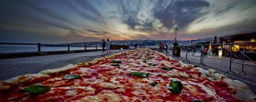 Ecco la pizza più lunga del mondo: 1.853 metri sul lungomare di Napoli