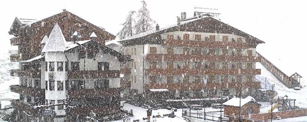 Pioggia battente, il traffico è in tilt E in montagna, come a Foppolo, nevica
