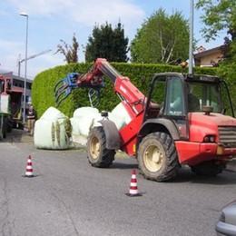 Bonate Sopra, rotoballe in strada Due ore per ripulire tutto: traffico in tilt