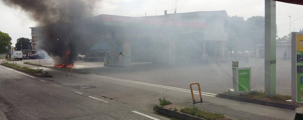 Mette benzina al posto del diesel L'auto brucia, paura a Osio Sotto - Foto