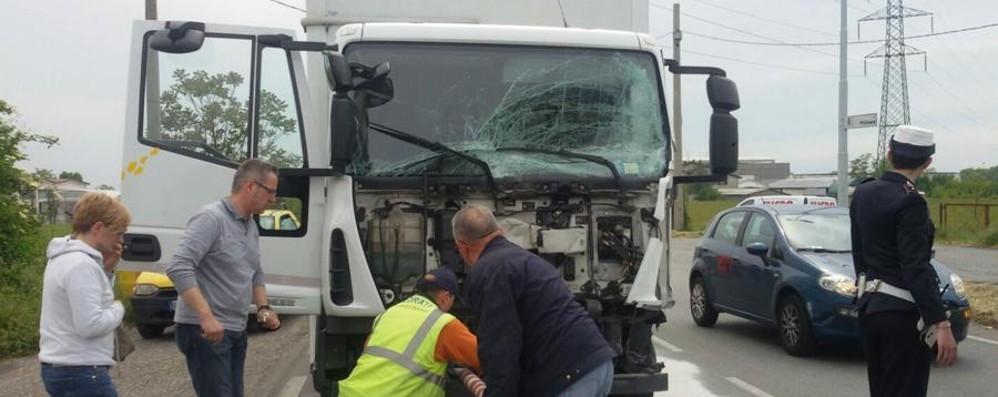 Tamponamento tra un camion e un'auto A Gorlago grave un 39enne di Casazza
