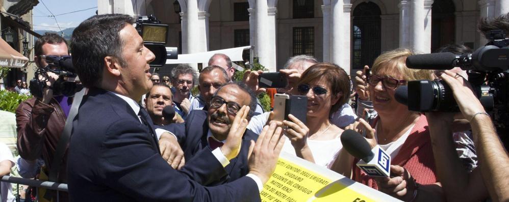 Matteo Renzi a Bergamo, racconto social Anche il ministro Martina cede al selfie