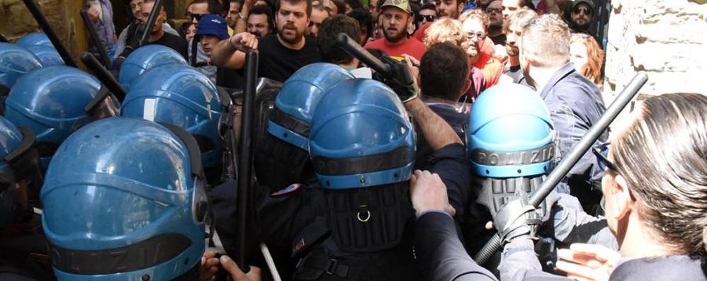 Scontri in Città Alta con i centri sociali Per due poliziotti 15 giorni di prognosi