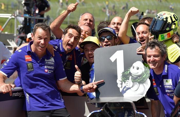 Valentino Rossi e il suo staff dopo la pole position