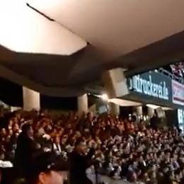 Francoforte, salta con la curva - Video Quando lo stadio ti prende alla lettera...