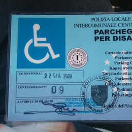 Il furgone elettorale nel posto disabili Alzano, polemica tra lista civica e Lega