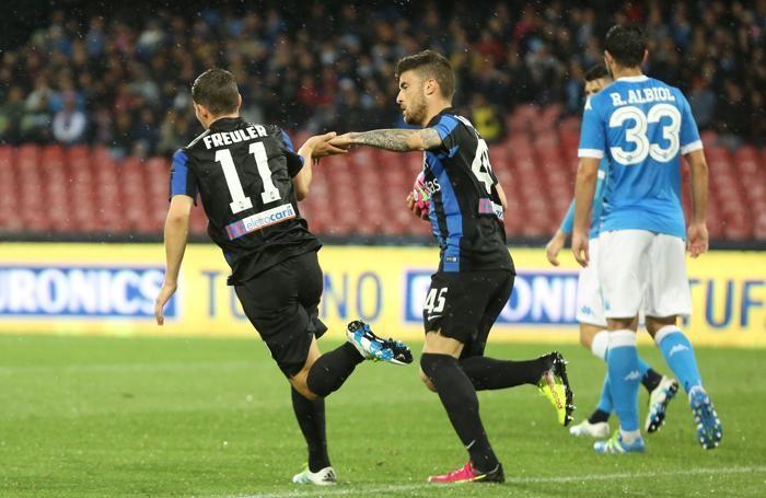 Freuler e Monachello dopo il gol del 2-1 al 40' st