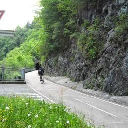 Motociclista lancia sassi a ciclisti: due feriti S'indaga in Val Brembana. Casi insensati