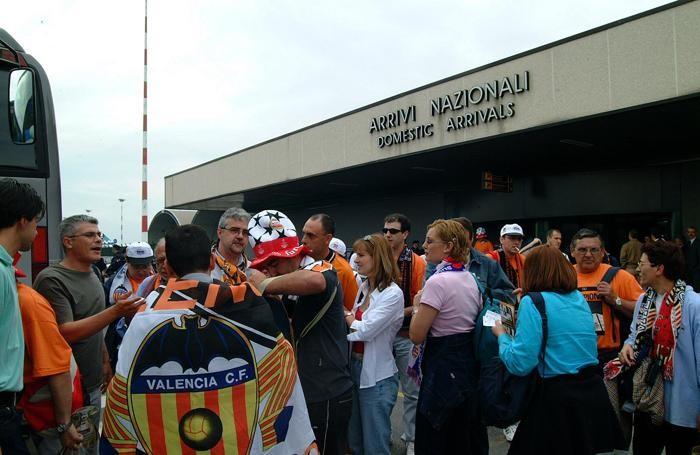 L'arrivo dei tifosi del Valencia