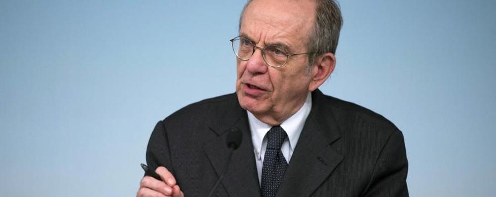 Il ministro Padoan a L'Eco di Bergamo: «Giù le tasse e  più lavoro ai giovani»