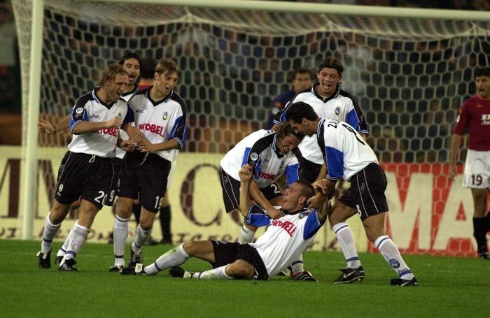 Bellini festeggiato dai compagni dopo il gol all'Olimpico contro la Roma