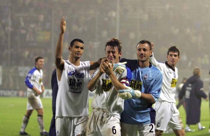 Bellini in lacrime alla fine della partita di Cremona: con lui, da sinistra, Adriano, Calderoni e Lazzari più indietro a destra