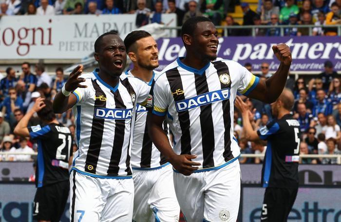 Zapata festeggia con i compagni il gol dei friulani