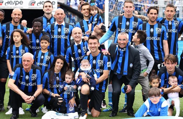 Il difensore dell'Atalanta Gianpaolo Bellini saluta il pubblico con tutta la squadra