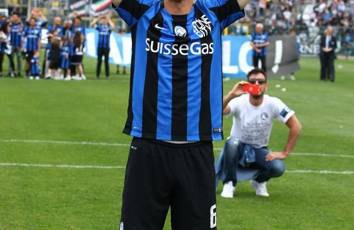 Il difensore dell'Atalanta Gianpaolo Bellini saluta il pubblico visibilmente commosso