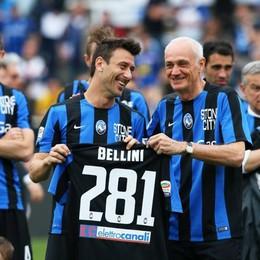 Il presidente Percassi premia Bellini per le 281 partite in serie A, eguagliato il record di Angeleri