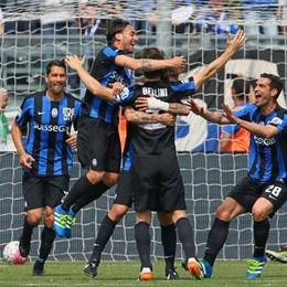 I giocatori abbracciano Bellini, autore del pareggio