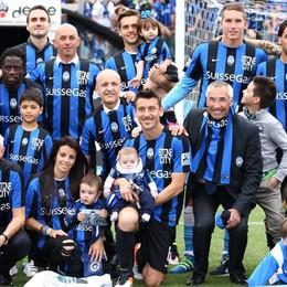 Foto di gruppo, accanto a Bellini la moglie e i figli