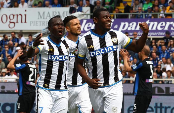 Zapata esulta con i compagni dopo aver segnato il gol