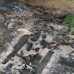 Vandali in azione a Vertova: bruciate alcune panchine del parco