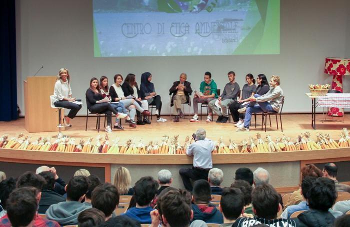 I ragazzi sul palco al convegno del Centro di etica ambientale