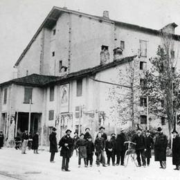Quando non c'era il Donizetti... Foto di gruppo al «Teatro Riccardi»