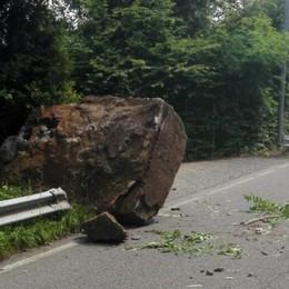 Riva di Solto, masso cade sulla strada Rivierasca chiusa per una settimana