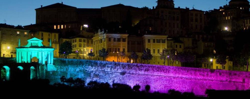 Abbraccio da record per le Mura Unesco Una catena umana  con 11.500 persone