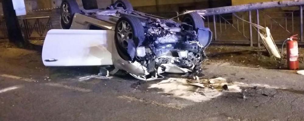 Auto contro un albero a Treviglio Ferito un 26enne, ricoverato in ospedale