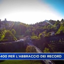 Già in 1.400 per l'abbraccio alle mura di Bergamo