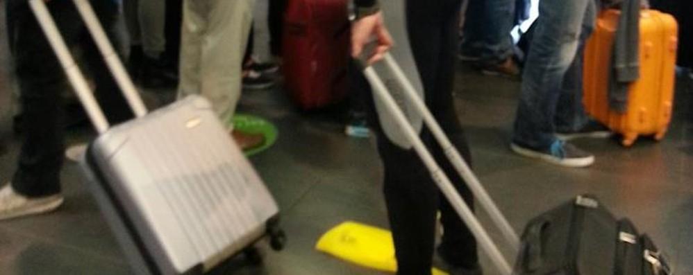 Aeroporto, protesta contro lo sciopero Si presenta al check-in vestito da sub