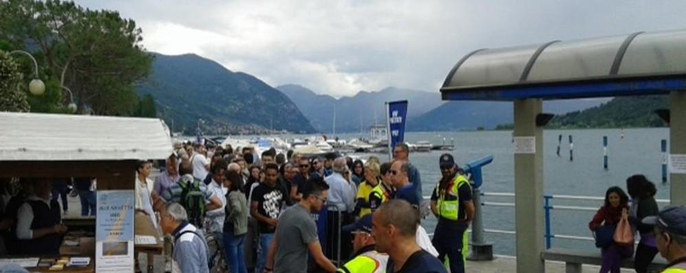 Lunghe code anche ai traghetti  Solo sabato in 3 mila da Sarnico