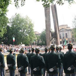 Bergamo onora i 70 anni della Repubblica Festa tricolore in  centro - Foto e video