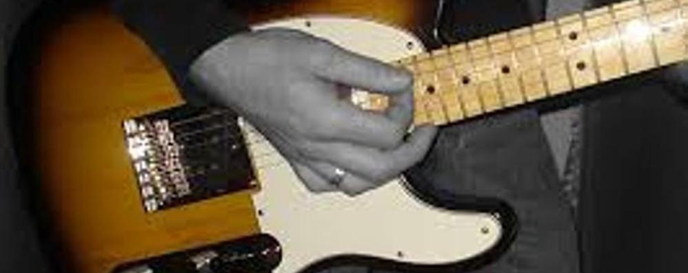 Mette in vendita online la chitarra  Un truffatore la contatta, ma lei lo scopre