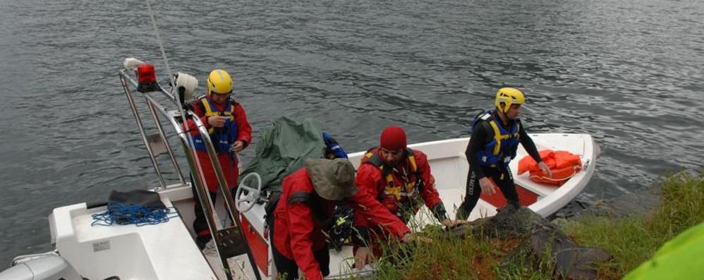 Sub disperso, riprese le ricerche Grande apprensione sul lago