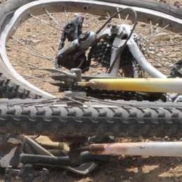 S'incastra nella ruota di un camion Gravissimo un ciclista 70enne