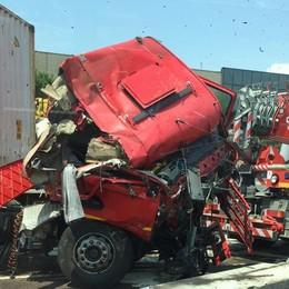 Tir si ribalta in autostrada, autista ferito Traffico in tilt: coda in via di risoluzione