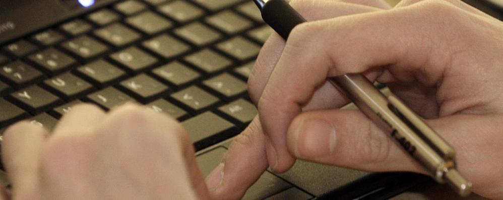 Giovane trova  lavoro da casa e via email  Ma era una truffa e lui finisce indagato