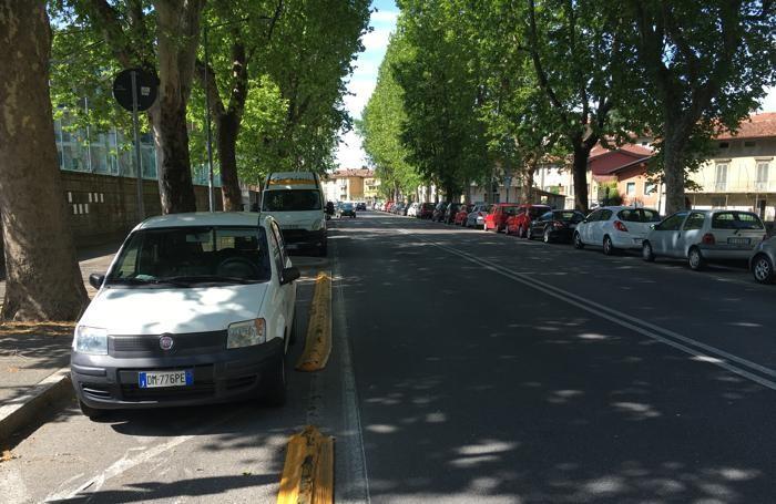 Siamo lungo viale Giulio Cesare:ciclabile invasa da auto in sosta
