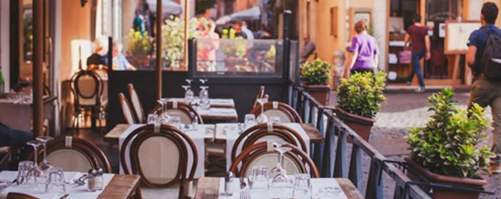 Belli i tavolini all'aperto nei luoghi storici Fipe in allerta: fate attenzione ai loghi