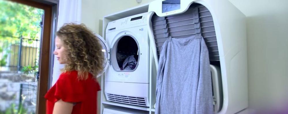 La macchina che piega il bucato Addio al ferro da stiro? Video