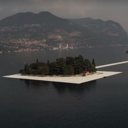 Passerella mozzafiato dall'elicottero E arriva il tour in barca... a remi - Video