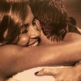 Ve lo ricordate questo abbraccio? Cristina Parodi sì. Noi anche l'abito...