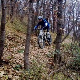 Maresana, assedio di mountain bike «Rischio incidenti». Scattano i divieti