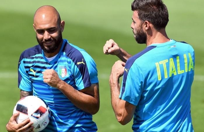 Barzagli e  Zaza scherzano durante l'allenamento odierno