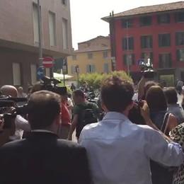 L'assedio a Marita Comi fuori dal tribunale