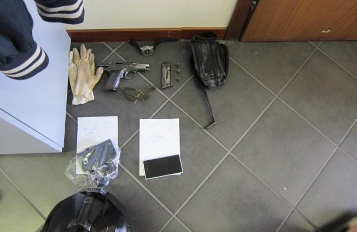 Una pistola e   oggetti vari sequestrati