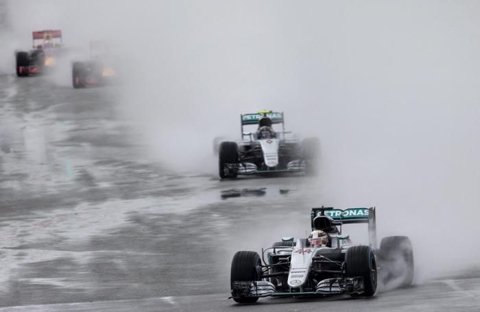 Lewis Hamilton in azione sotto la pioggia